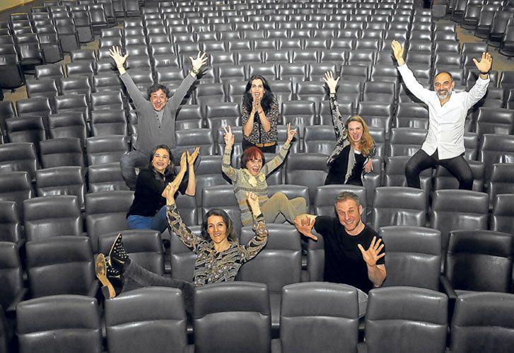 Felices. El elenco actual para Buenos Aires rodea, en las butacas, a la directora Lía Jelín.