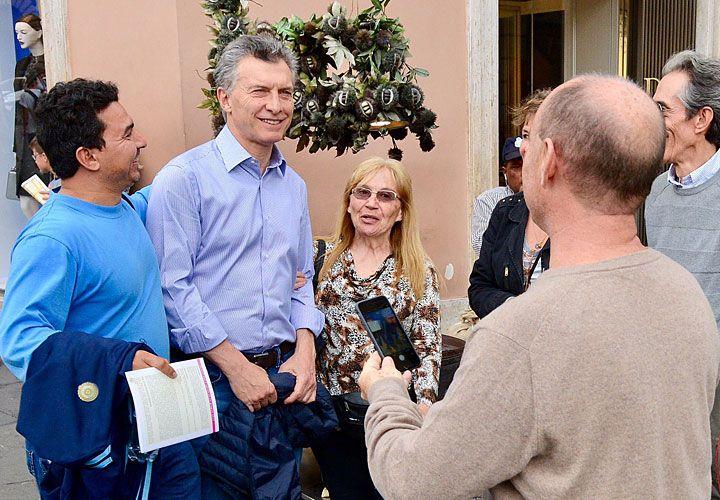 En Roma. Macri se mostró ayer distendido por la calle y se sacó fotos con varios argentinos.