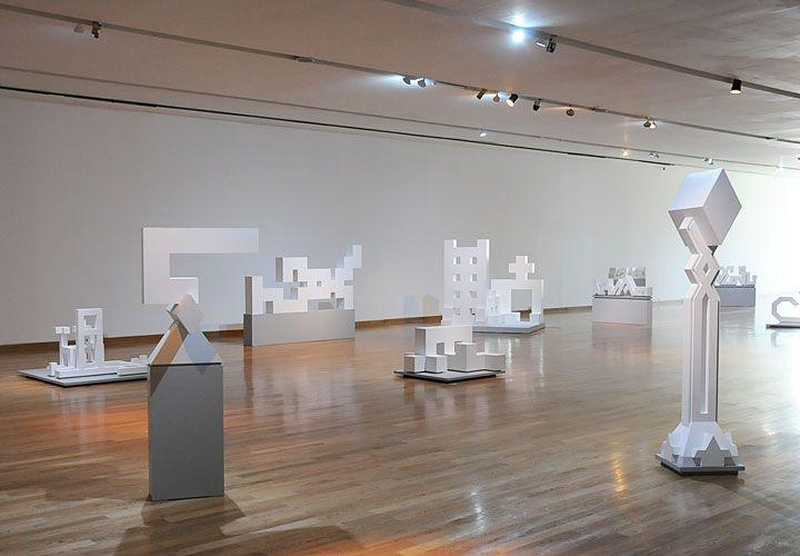 Composición en tiempo y espacio. Imagen de la sala que alberga parte de sus trabajos. Estructuras minimalistas elaboradas con madera y pintura.