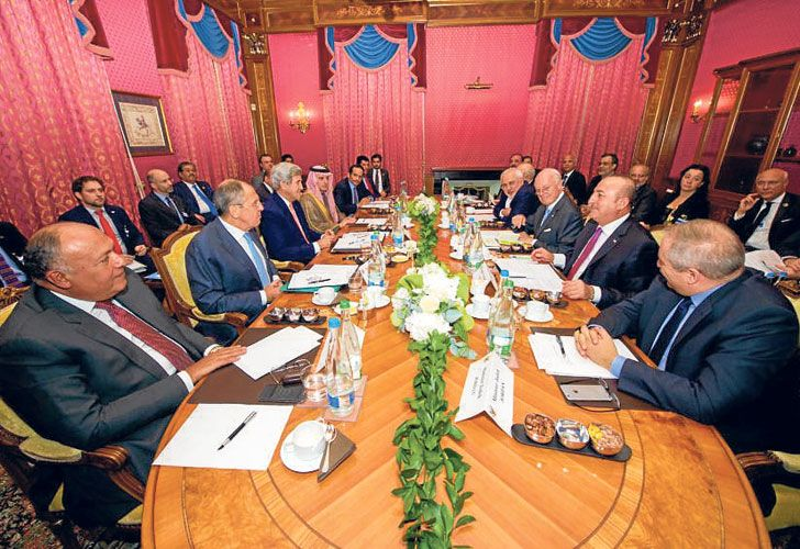 A la mesa. Lavrov y Kerry, en el centro a la izquierda, junto a aliados de las partes en conflicto.