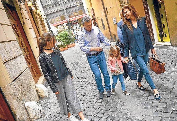 Citta aperta. El matrimonio, con Antonia y con Valentina, hija de una pareja anterior de Awada.