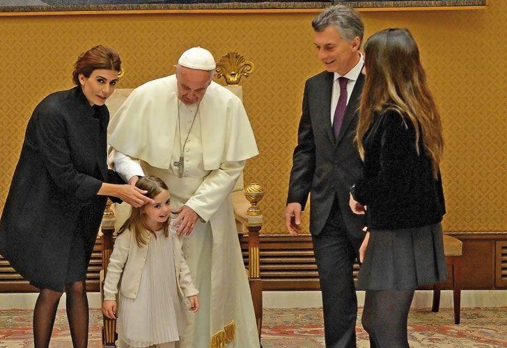 Arreglos. Antonia, la hija del matrimonio presidencial, capturó la atención del Pontífice.
