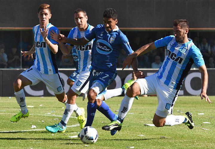 De atrás. Luna se escapa de la marca de Aued y Danilo Ortiz. El defensor paraguayo tuvo un partido para el olvido.