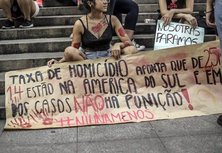 Marcha de #NiUnaMenos en Brasil.