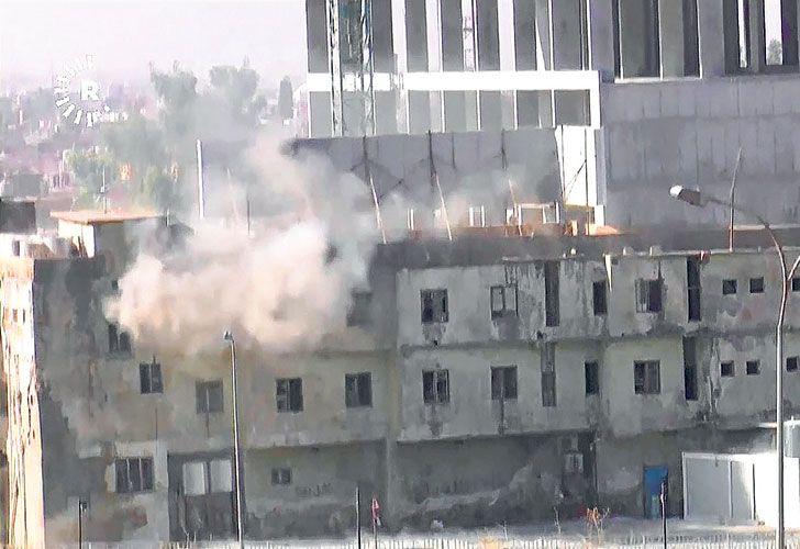 Explosiones. La televisión kurda mostró uno de los edificios atacados por los terroristas.