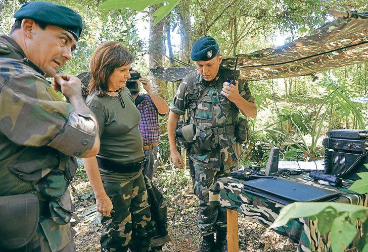 OPERATIVO. La ministra de Seguridad, Patricia Bullrich, durante su visita al norte del país, ya se mostraba acompañada de escuadrones de Gendarmería Nacional contra el narcotráfico.