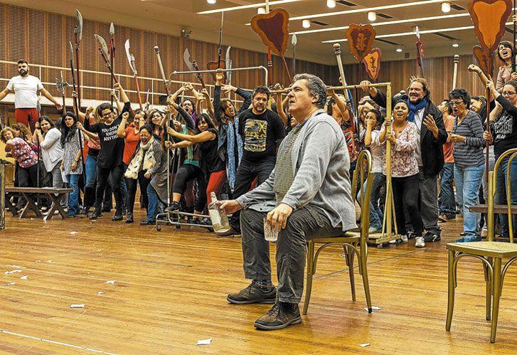 Ensayo. El argentino Víctor Torres en el ensayo que se realizó en el Teatro Colón para Volo di notte.