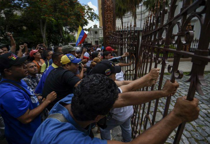 Militantes chavistas irrumpieron una sesión de la Asamblea Nacional.