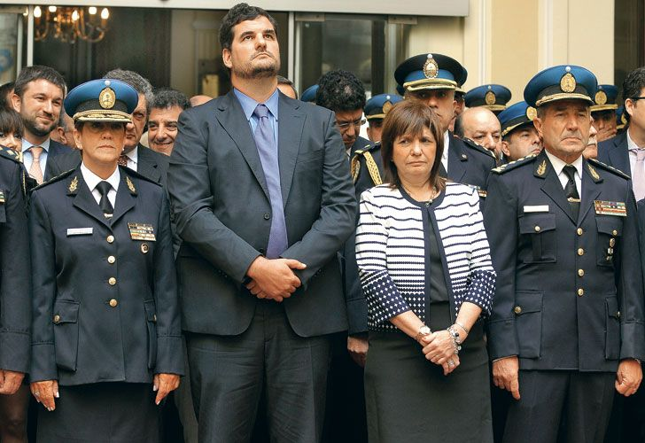 Comisarios de la Federal junto a la ministra de Seguridad, Patricia Bullrich.