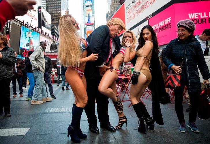 Un falso Trump rodeado de chicas en bikini.