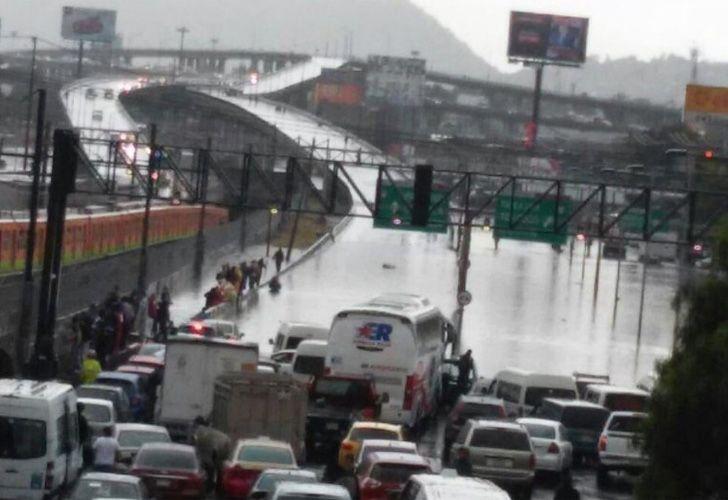 La lluvia ocasionó inundación en puente de la Concordia.