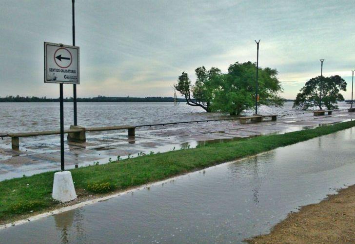 El río Uruguay inundó parte de la costanera en Concordia.