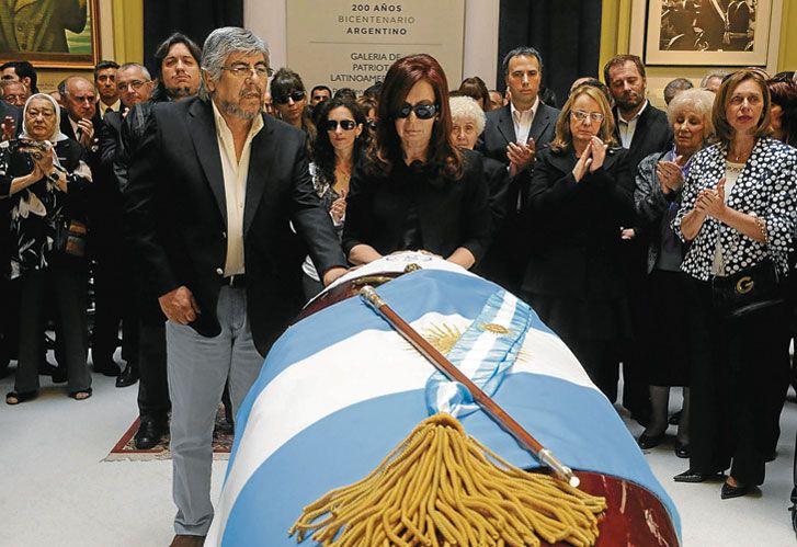 A 6 AÑOS DE LA MUERTE de Néstor Kirchner se reavivó la comparación con la gestión de su viuda.