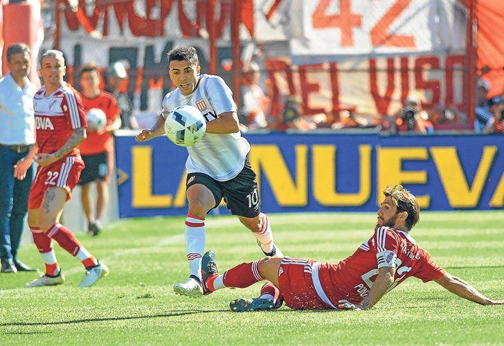 Duro abajo. Ponzio, el volante que volvió a jugar de marcador central, y Lucas Rodríguez, el joven de 19 años que maneja los hilos en el puntero.