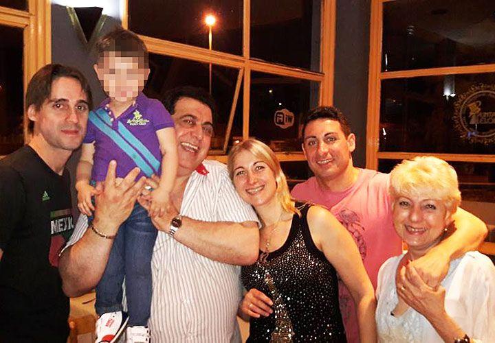 """Familia. """"Taty"""" (der.) abrazada a su hijo Omar (h). Al lado de él están su otra hija, Valeria, su ex marido con el nieto y su yerno."""