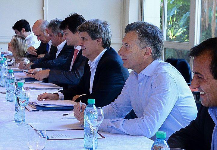Cuentas. Macri ayer con su equipo económico, mientras se discute con la oposición en Diputados.