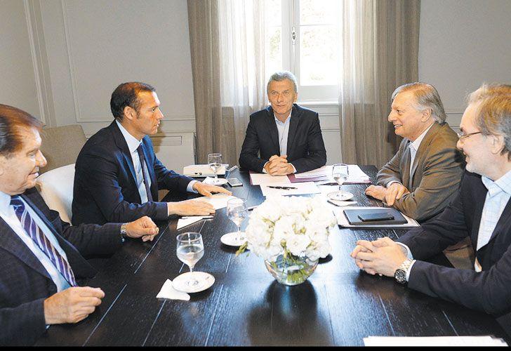 """Acuerdo. Macri laudó entre Energía, provincias, YPF y el  sindicato petrolero, con el que pudo firmar un convenio """"ejemplar""""."""