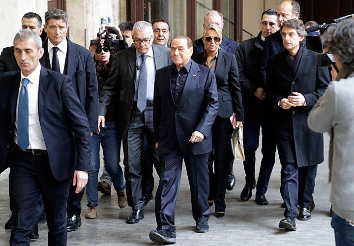 vuelve. Silvio Berlusconi no sólo se mantiene presente en las tribunas del Milan, club del que es propietario, sino también en la escena política italiana. Hoy se reunirá con el presidente Sergio Mattarella en el marco de una ronda de consultas entre todos los partidos para evitar la ingobernabilidad.