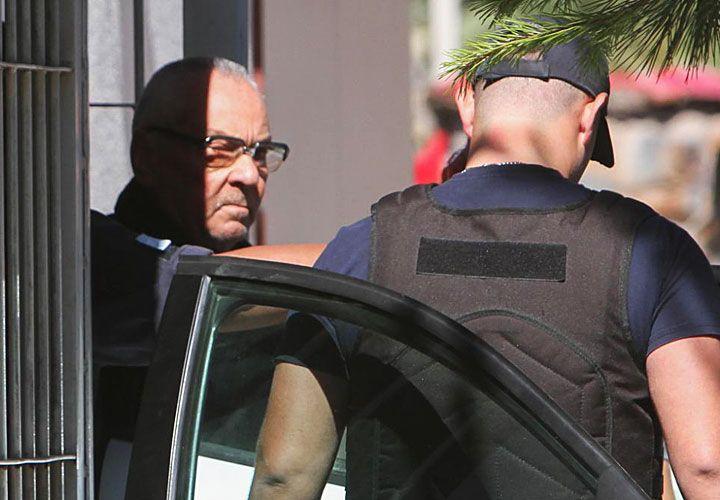 presos. El sacerdote Nicola Corradi (arriba) durante el traslado a la penitenciaría de Mendoza. Al igual que el cura Horacio Corbacho (der.), está acusado por 22 abusos contra menores hipoacúsicos.