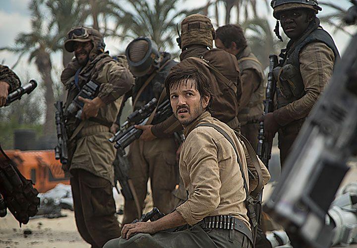 dual. Diego Luna compone a Cassian Andor, un mercenario que se suma a las fuerzas armadas de los rebeldes.