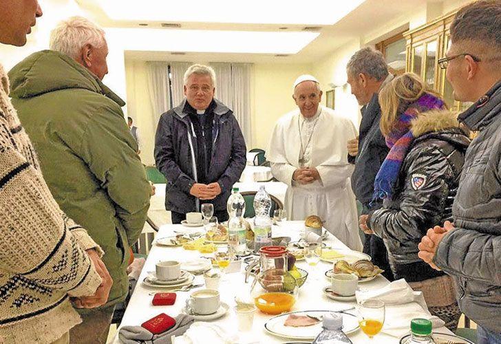 """Entrada. El Pontífice llega al Vaticano para iniciar su agenda oficial, que incluyó una reunión con la presidenta de Malta. Antes, había desayunado con ocho personas sin techo, dos mujeres y seis hombres, uno de ellos peruano, acompañado por Krajewski, el """"limosnero"""" de la Santa Sede."""