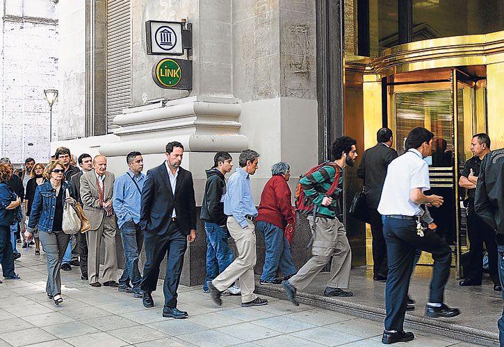oleadas. Entran de a US$ 2 mil millones por día a los bancos.