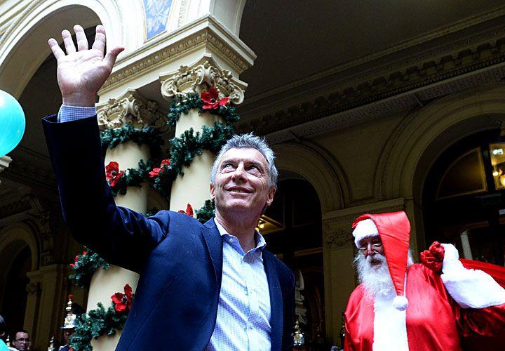 navidad rosada. El Presidente compartió ayer un brindis con personal de la Casa de Gobierno.