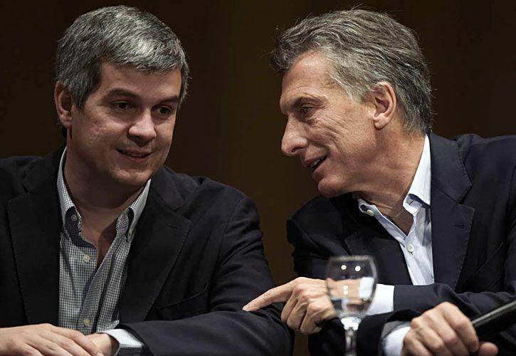 variantes. Diálogo entre amigos y el ex presidente Menem, con su look propio.