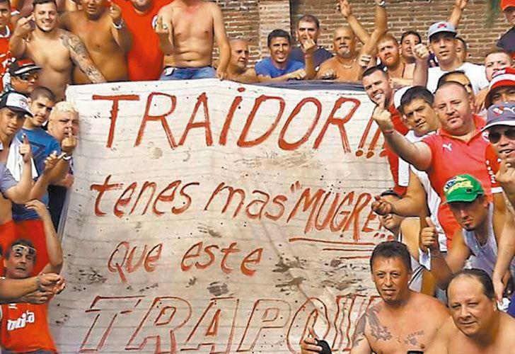 Para todos. Hugo y la barra de Bebote en Independiente, que le dedica una bandera; la popular de Camioneros; Barracas, tierra del Chiqui Tapia; y Alvarado, donde hubo tiros.