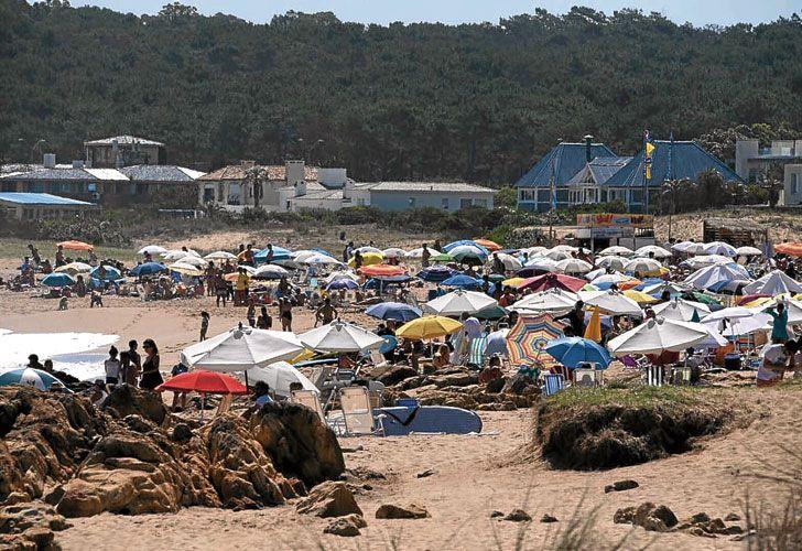 A full. Las playas esteñas, sin carpas como en la costa argentina, se llenaron ayer de sombrillas con grupos de familias y amigos.