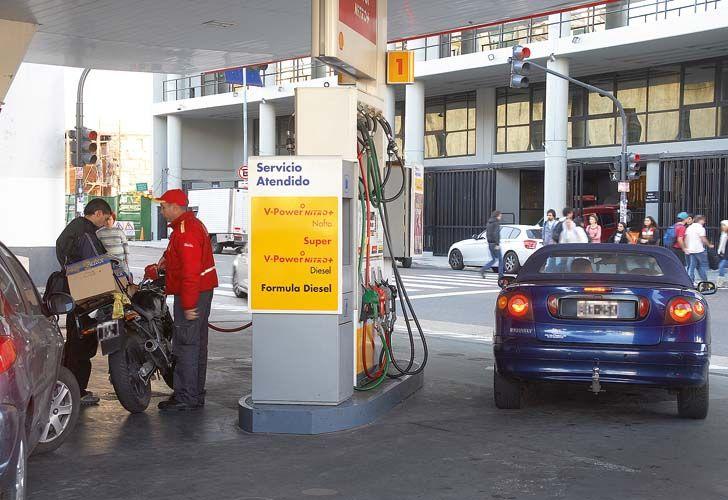 En un mercado alterado por el aumento de hoy del 8% en el precio de los combustibles, las petroleras afilan sus números.