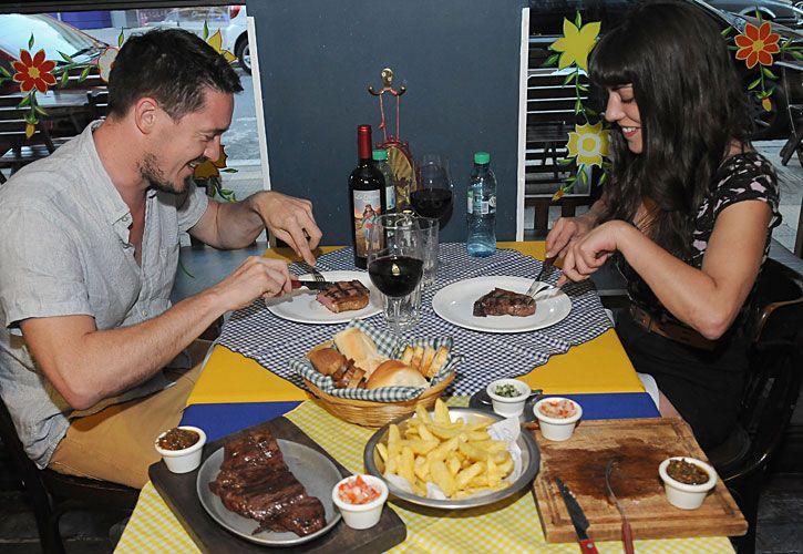 parrilla. Federico Lavista (34) y Ximena Sánchez Blanco (32), dos amigos que volvieron a comer carne (arr.). Publicaciones cuestionan estas dietas (izq.)