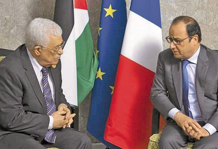 Dialogo. Una de las reuniones entre los presidentes de Palestina y Francia. Abbas no estará hoy en París. Abajo, imágenes de la colonia israelí de Bracha, en Cisjordania, al norte de la ciudad palestina de Nablus.