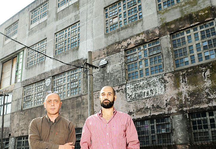 Achique. Sergio Abaldi y Maximiliano Rodríguez Porteiro, en el frente de su fábrica, en Ramos Mejía, que pasó de trabajar de tres a un turno.