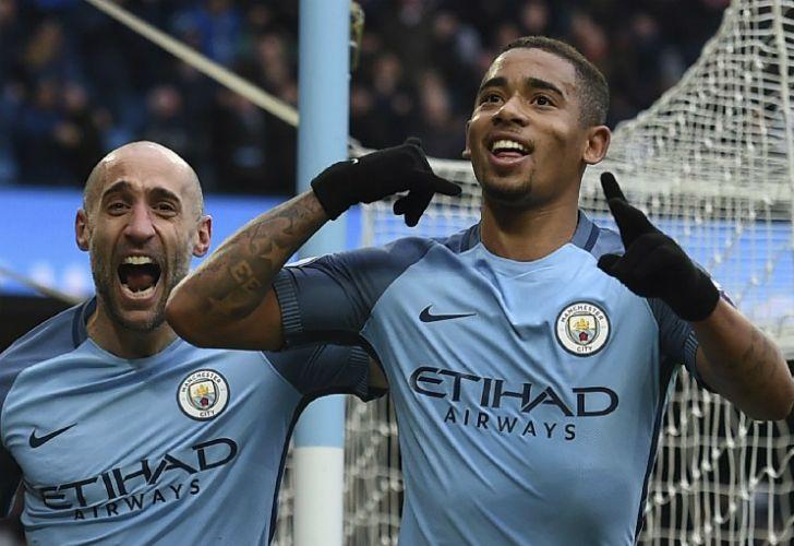 Con un doblete de Gabriel Jesús, Manchester City venció 2-1 a Swansea.