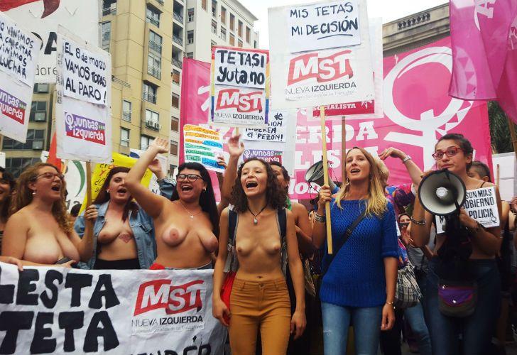 Unas 400 personas se dieron cita en la tradicional esquina de Vélez Sarsfield y Bulevar San Juan con consignas a favor de la libertad de la mujer y a la posibilidad de mostrar el cuerpo sin ser censuradas.