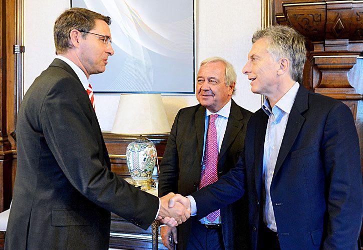 A la carta. Irigoin (centro) le presentó a Macri a Thomas Baldry, titular de Deutsche Post (DHL), con el que firmó un acuerdo de logística. Entre 2004 y 2006 dirigió la empresa de correo privado OCA.