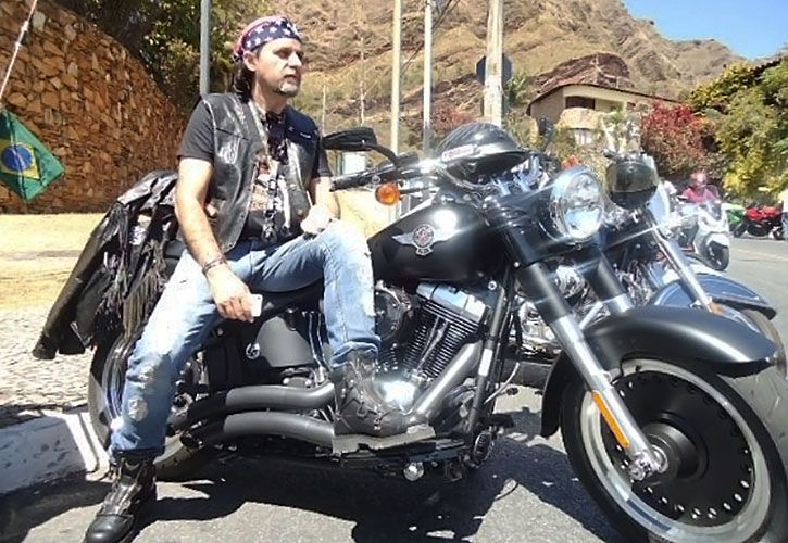 Fierros. Reys Silva tiene varias empresas, y afición por las motos de alta cilindrada y Ferrari.