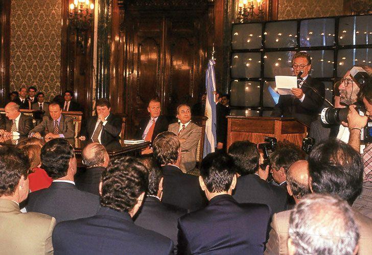 Acto. Escenas de la ceremonia de adjudicación al consorcio que formaban el Grupo Macri y el Banco Galicia. Los discursos de Macri y de Menem, y el momento de la firma del Presidente.