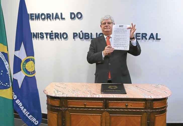 Firma. Rodrigo Janot, procurador de Brasil, encabezó la firma del entendimiento con fiscales, como Rodríguez (izq.).