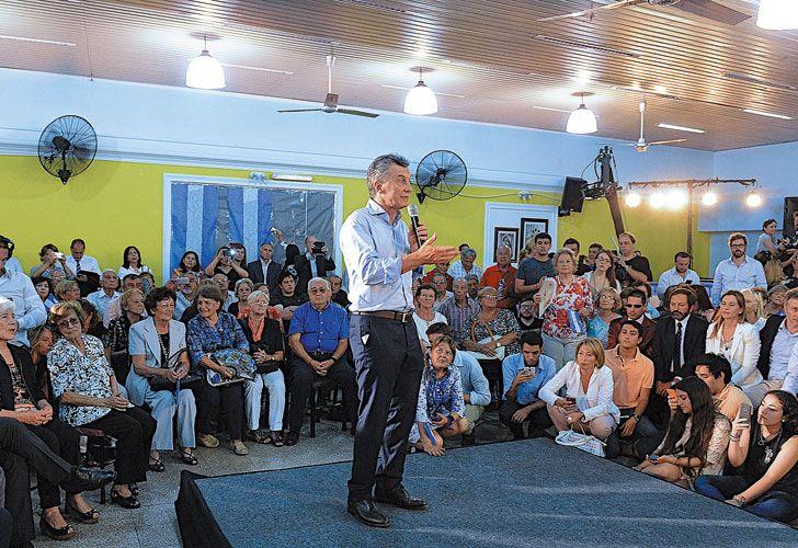 Polemicas. Macri se mostró ayer con jubilados en San Luis luego de una semana marcada por las críticas por el Correo Argentino y las jubilaciones.