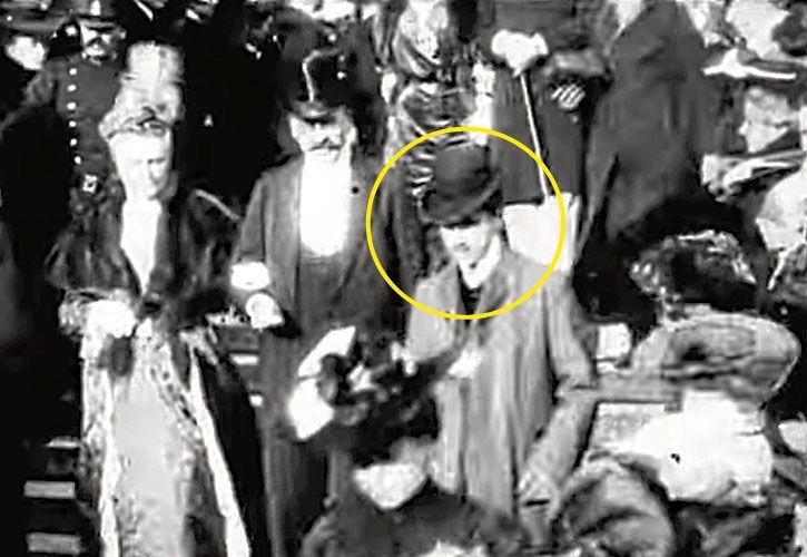 Proust. Durante pocos segundos aparece bajando la escalera de la iglesia de la Madeleine.