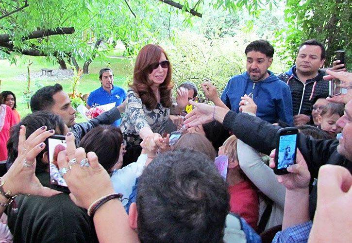 2016. La ex presidenta el año pasado, en El Calafate, saludando a vecinos y militantes.