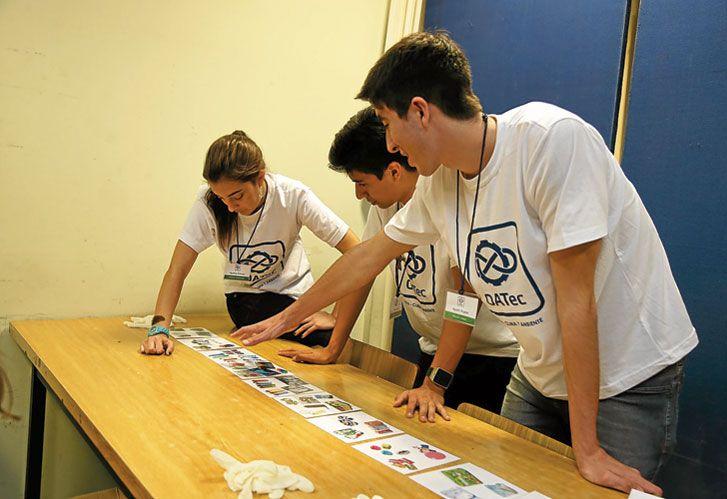 Primeros pasos. Alumnos de colegios secundarios que participaron de la Segunda Olimpíada Argentina de Tecnología (OATec) del Instituto Tecnológico de Buenos Aires.