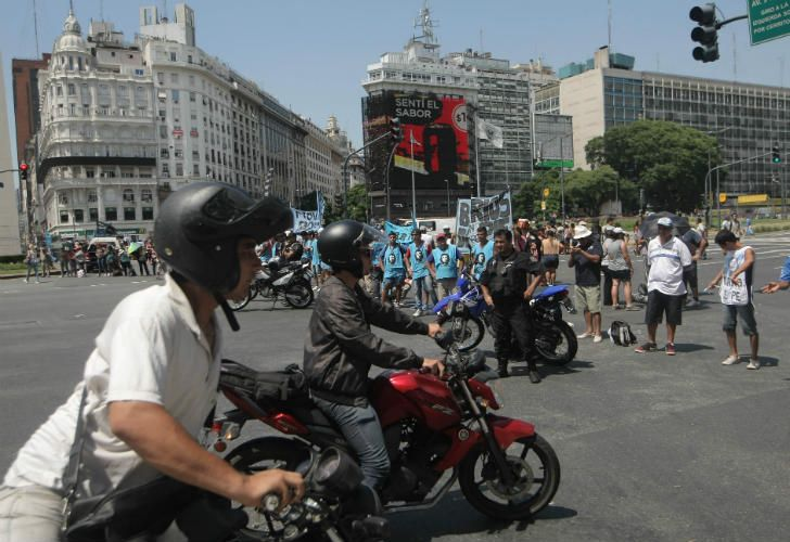 Caos en la Ciudad por las protestas y acampe. Reclaman el recorte de 20 mil planes sociales.