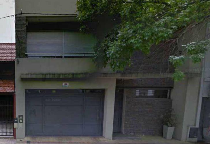 La casa está situada en la calle 40, entre 14 y 15, en pleno centro de La Plata.