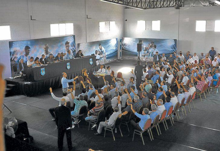 Manos en alto. El único debate se generó cuando se discutió el nuevo estatuto. El resto de las mociones fueron aprobadas por unanimidad.