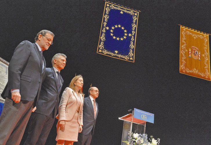 Gala.  El presidente y la primera dama junto a Diego Simeone y su esposa en el encuentro de honor organizado por los Reyes de España.