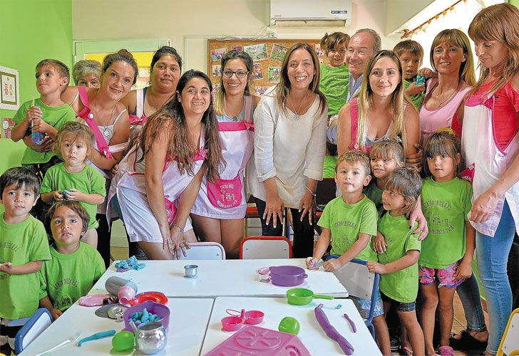 Contracara. Vidal, el jueves, en un jardín de infantes de Monte Hermoso. Los sindicatos docentes, en conferencia de prensa.
