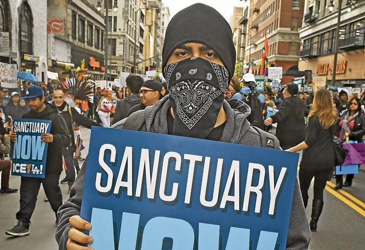 """Bronca. Un manifestante se manifiesta a favor de los """"santuarios"""" y en contra del Servicio de Inmigración (ICE, por sus siglas en inglés)."""